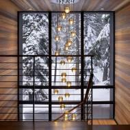 Высокие обзорные окна на лестничном пролете коттеджа