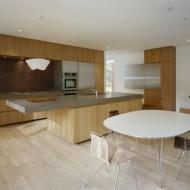 Кухня и обеденный стол. Интерьеры коттеджа
