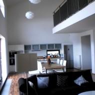 Потолок гостиной высотой в два этажа
