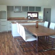 Светлая кухня и обеденный стол на металлических ножках