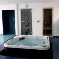 Душевая кабина и ванна джакузи на первом этаже коттеджа