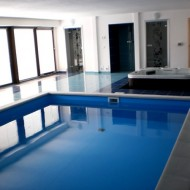 Закрытый бассейн на первом этаже коттеджа