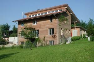 Деревяный дом с 2 скатной крышей на разных уровнях