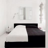 Дизайн спальни в черно белых тонах; фото