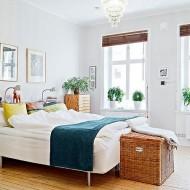 Пример светлой просторной спальни с простым дизайном