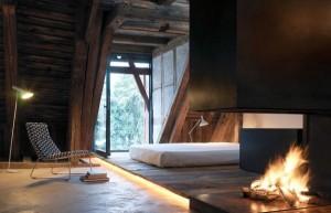 Спальня на втором этаже коттеджа с камином