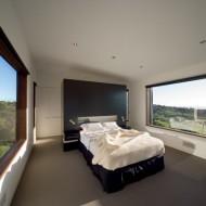 Спальня в коттедже; открытый вид в две стороны благодаря большим окнам