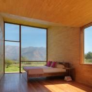 Светлая и просторная спальня в коттедже отделанная натуральным деревом