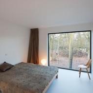 Белая спальня в коттедже; минимум цвета в интерьере