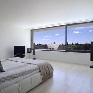 Интерьер современной спальни в коттедже