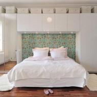 Спальня с белыми стенными шкафами; дизайн интерьера коттеджа
