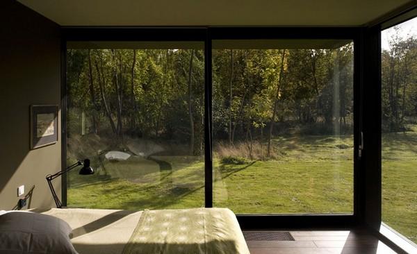 Спальня в коттедже с большими окнами; пример интерьера с фото