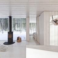 Гостиная в мини-коттедже с дровяной печью