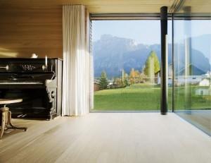 Интерьер гостиной с большими окнами в коттедже