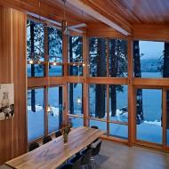 Высокие окна расположенные углом в гостиной