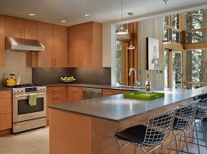 Кухня в коттедже отделанная натуральными деревянными панелями