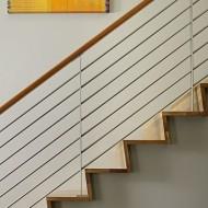 Изящная легкая лестница на второй этаж коттеджа