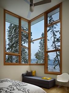 Спальня с угловым окном на втором этаже коттеджа