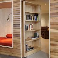Вход в потайную комнату скрытый за книжными стеллажами