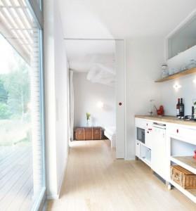 Компактная светлая кухня в современном доме