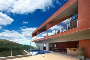 Большой 3 этажный загородный дом на бетонных колоннах