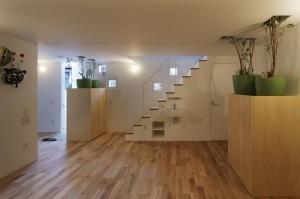 Лестница на второй этаж и комнатные растения