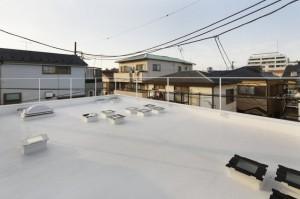 Плоская крыша с квадратными окнами