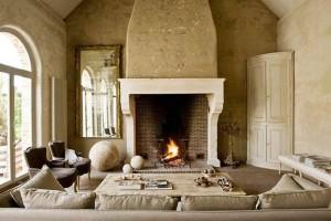 Камин классической формы в современном коттедже