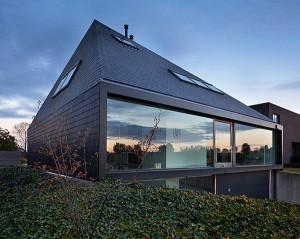 Проект современного коттеджа с панорамными окнами