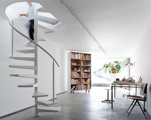 Винтовая лестница в интерьере коттеджа