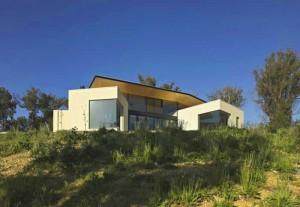 Проект коттеджа с плоской крышей, которая объединяет отдельные постройки под ней