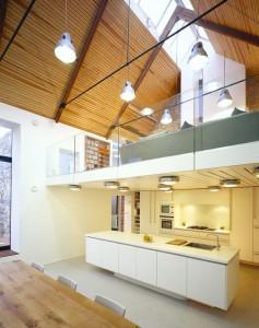 Кухня и обеденная зона на нижнем этаже коттеджа
