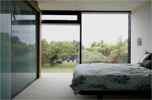 Спальня с панорамными окнами на втором этаже коттеджа