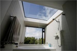 Объемная ванная комната с большим окном и застекленной крышей