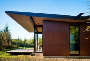 Дом  с открытыми ставнями