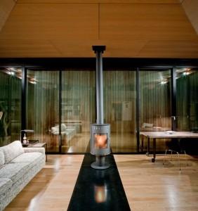 Гостиная с дровяной печью