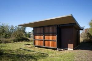 Вид мини дома с закрытыми роль ставнями