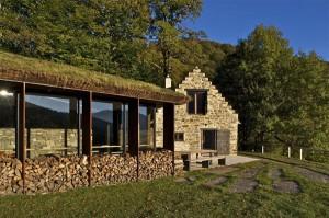 Деревенский дом с сараем во Франции, перестроенный в современный коттедж