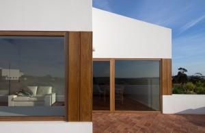 Большие панорамные окна в современном частном доме