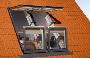Открытое окнов наклонной крыше, мини терраса