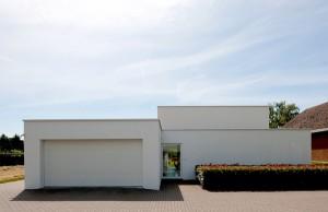 Коттедж прямоугольной формы с плоской крышей