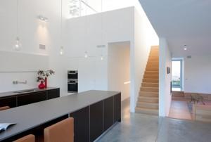 Лестница на второй этаж. Интерьеры в стиле минимализм