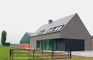 Современный коттедж с двухскатной крышей и наклонными мансардными окнами