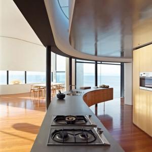 Дизайн открытой кухни в коттедже