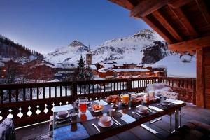 Открытый балкон терраса в классичском альпийском шале