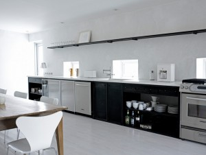 Открытая вытянутая кухня в черно-белых тонах