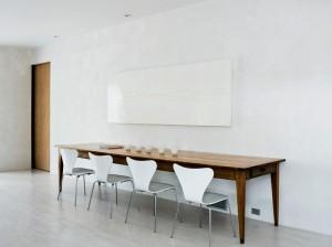 Длинный обеденный стол у стены