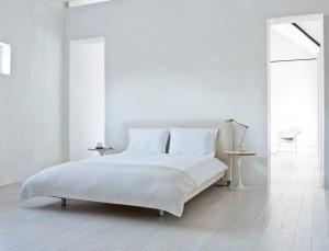 Белая спальня в коттедже