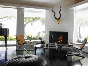 Интерьер гостиной с камином и большими окнами