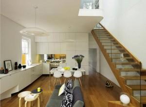 Кухня на первом этаже современного городского дома